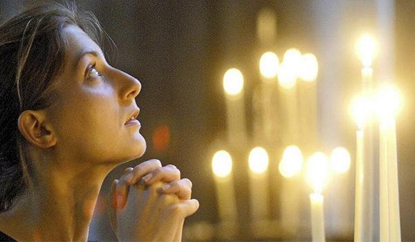 молится женщина
